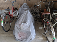 この置き方って邪魔だと思いますか? アパートの駐輪場です。 あるファミリーなのですが、カバーの中に、大人用の自転車、子供用の自転車、三輪車が入ってるのですが、どう思いますか? 赤い自転車がこのファミリーの自転車にめちゃくちゃぶつかって置いている時が多々ありまして、邪魔でわざとなのか意味はないのか気になりまして(^_^;)  ちなみにこの駐輪場にはバイクもあって同じくらい幅を取ってる人もいます...