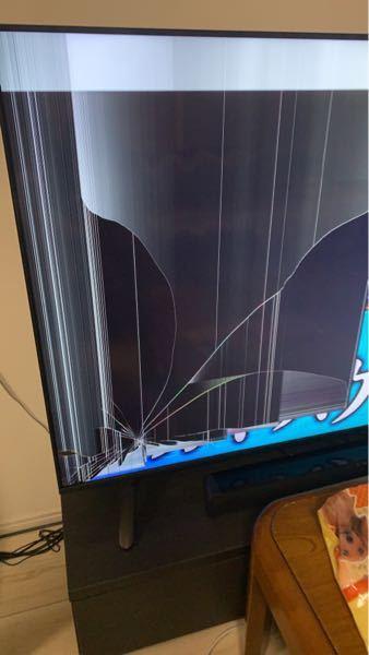 アイリスオーヤマのLUCA 65インチ 扇風機を倒してしまい、この有り様です。 液晶自体は割れていないのですが、内部?が壊れてしまったみたいなのですが、この場合っていくらくらいかかるのでしょうか。 テレビの半分くらいスジがいっちゃってます