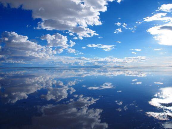 最近、不思議な夢を見ました。 画像のような雰囲気(夢の中では雲一つない青空と、瑠璃色の海でどちらが空なのか海なのかわからない状態)の夢で、そこに立っていました。 少し時間が経った頃、後ろで「いかないんですか?」と誰かに聞かれ、夢の中の自分は「まだここにいるよ」と言ったのを記憶しています。 その後、夢の中の自分は前に歩き出し、数歩進んだところで目が覚めました。 小説の読み過ぎでこんな夢を見てしまったのかもしれませんが、とても不思議な夢だったので、この夢にどんな意味があるのか気になっています。