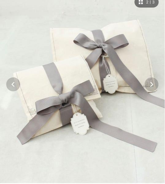 この様なリボンが真ん中に十字に着いている形のラッピングバッグはありますか…?布製です。また、なんと調べれば同じような物がでてくるでしょうか?