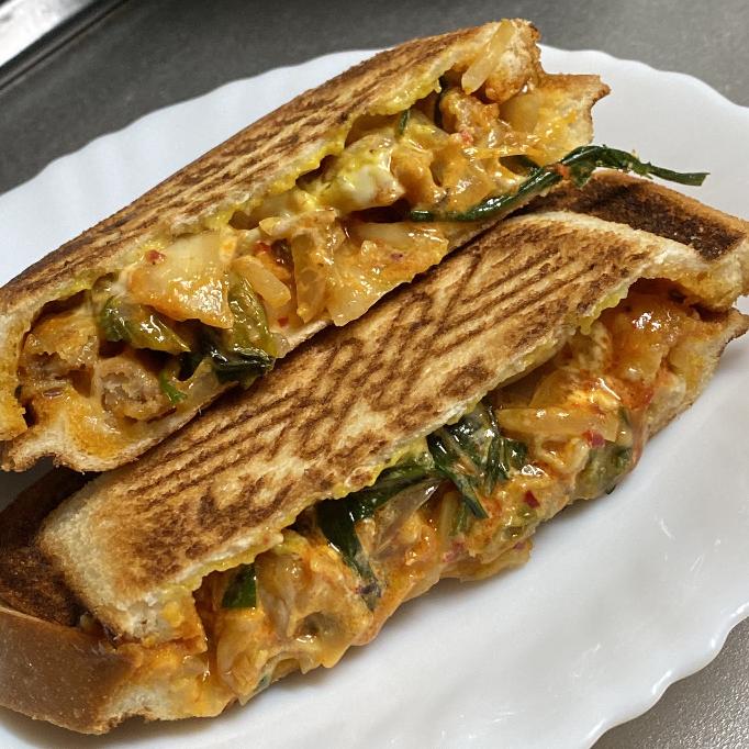 今日の昼ごはんに作った豚キムチホットサンド。 あり? 豚キムチはやっぱりご飯と食べたいですか?