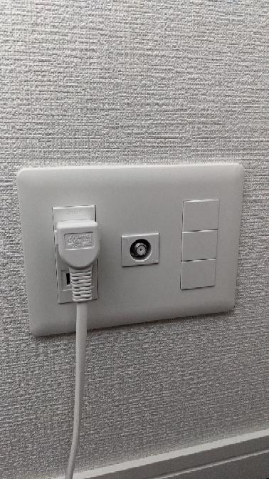 新築マンションに住むためフレッツ光を契約しましたが、住んでいるマンションには、この画像の通りTVのアンテナの差し込み口と、コンセントと一番右にある四角が開きません。 これは、光コンセントですか?