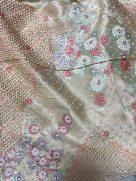 この着物は何でしょうか? 格などよくわかっていません。祖母から渡されたのですがわかる方いらっしゃいますか? 光沢があってシワシワしてます。柔らかい感じの素材です。 どんなシーンで着る着物なんでしょうか?