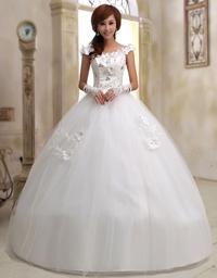 このウエディングドレスを着た女性が、この服装で後ろにひっくり返ったらどうなる? . この画像はウエディングドレスを着て西洋の花嫁姿をした女性ですが、見てもらってわかる様に、この女性のドレスはスカート部分にフワッと大きく膨らんだボリュームのある、まさに西洋のプリンセスといった感じのデザインをしていますよね。  そこで、  もし、結婚式や披露宴などで、この様な花嫁姿の女性がこんな衣装(膨らんだド...