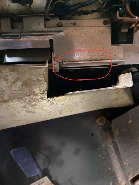 スロット台の質問です 家の押入れを掃除してた時に祖父のスロット台が出てきました ペガサスラビットⅡ(A)だったのですがコインを入れた後のセレクターの写真の部分が電源を入れた段階で引っ込んでしま...