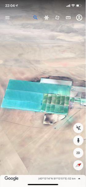 中国の砂漠のど真ん中にこのような施設があったのですが、これはなんだと思いますか?写真ではわかりずらいと思いますが、長さ20km以上もある施設です。