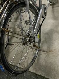 自転車のタイヤについてです。 後輪なんですが 枠?支えの部分が一部外れてるのか折れてるのかハッキリ分からないのですが 発進すると後輪に多少ですが.横ブレを感じます。  タイヤごと変えることって可能なのでしょうか?