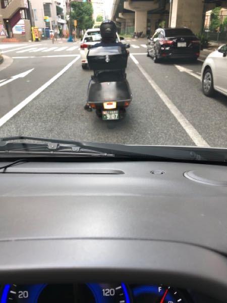 バイクのテールランプがクリアーで赤の反射板を中央に貼ってるのはギリギリ合法ですか? 光ってる時もクリアーです。