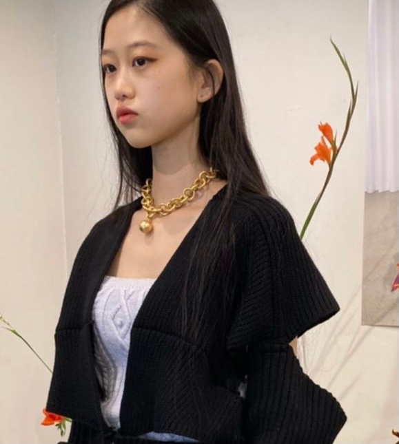 このモデルさんがしている金色の玉のようなものがついているネックレスを探しています。 似たような物はありますがこの写真の通りのものです、ブランドを忘れてしまい困っています。 よろしくお願いします。