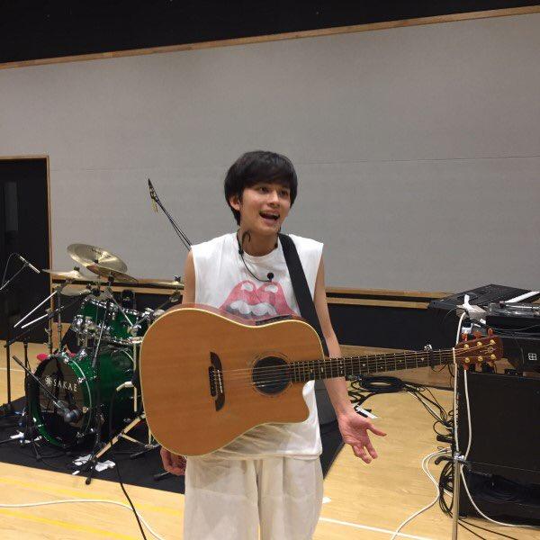 北村匠海の使ってるこのギターどこのやつか教えてください!!!!!