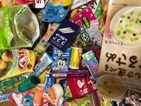 留学中の娘が日本の駄菓子を送って欲しいと言うので駄菓子をたくさん購入したのですが、インボイスについて質問です。  Q 1,インボイスは全ての商品名を記載しなくてはいけないですか? 例えば、ラムネなのですが、オリオンラムネ、アンパンマンラムネ、森永のラムネ、シガレットラムネ、ジュウーC、など数種類ありますが単価が異なるので1個づつ記載しなければなりませんか?  2,全ての商品名の記載が必要な場...