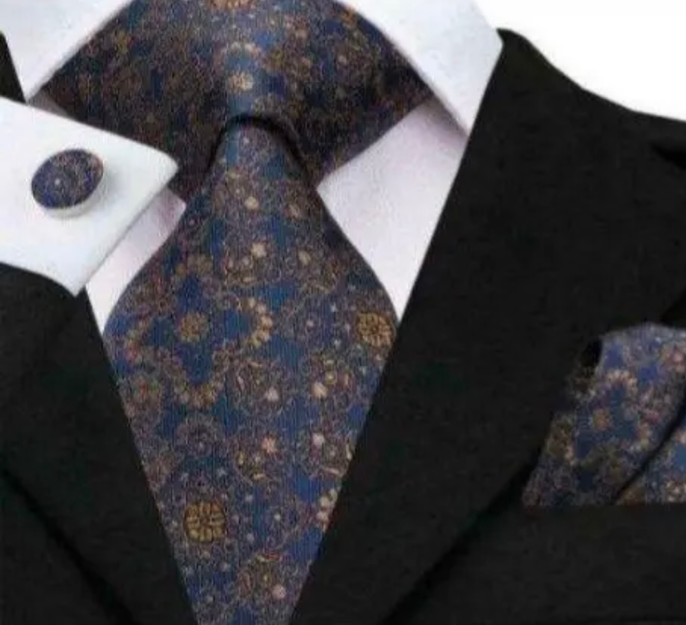 彼が先輩の結婚式に行くと言うことでネクタイをプレゼントしたいです。写真の様なネクタイだと非常識でしょうか?