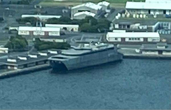 アメリカ海軍船籍の艦船の名前を教えてください。 添付の船で、画像が荒くて申し訳ないですが、横浜のノースドックに停泊していました。 メガネを忘れたので、あまり良く見えませんでしたが輸送船のような感じです。