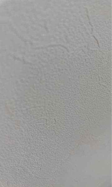 写真のような凸凹した壁に紙を貼りたいのですが、マスキングテープだとすぐに剥がれてきてしまいます。 何かいい方法はありませんか?