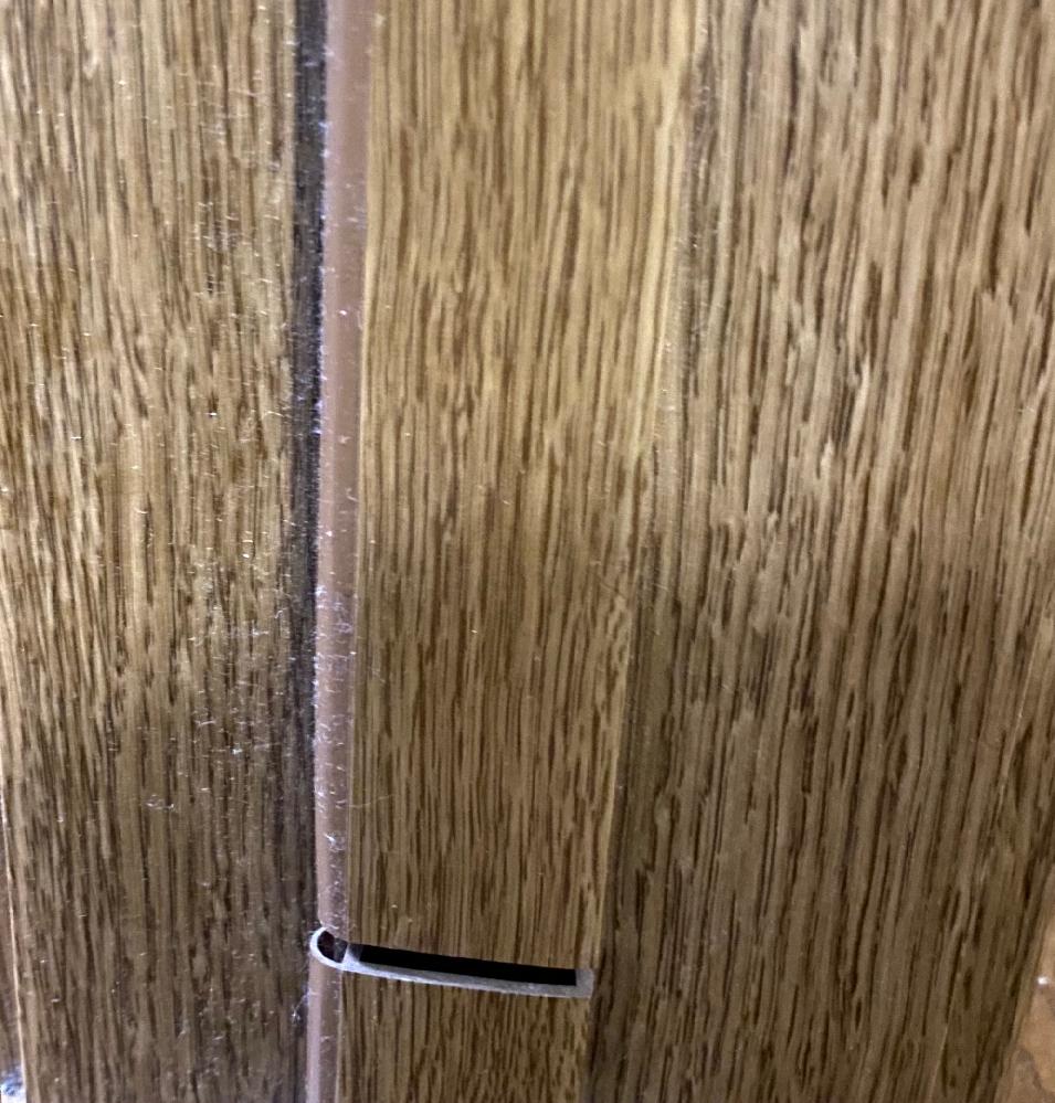 家の建築?建物?に詳しい方に聞きたいです。 扉のところに写真のような切り口があります。 他の部屋にはなくてこの一部屋のみです。 左右にありますが大きさ(切れてる太さ)が違います。 これはどうするば良いんですか? 気付いたのが今日で今は剥がれやすいテープを貼っていますが自分でできる修繕方法?はありますか? ※掃除前の写真を載せてしまいました。気になる方はすみません。