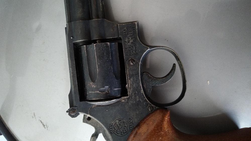 教えて下さい。 長い間しまってあった金属?モデルガンがでてきました。これは法規制にかかる物でしょうか? メーカー:KOKUSAI S&W357 MAGUNUM 刻印はMADE OF 1984.8 MARCAS REGISTRADAS SMITH &WESSON 銃身と弾倉の出口は詰ってます。 できれば売りたいのですが可能でしょうか?当方知識がないので詳しいかたご教示ください。 画像貼りつけます。