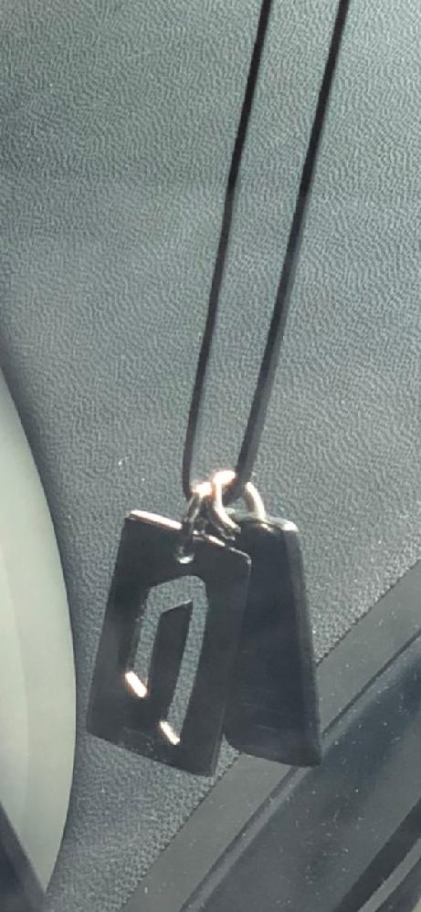 こんにちは。 画像のネックレスはどこの物か、ご存知の方おりませんでしょうか?そしてこれはペアネックレスですか?