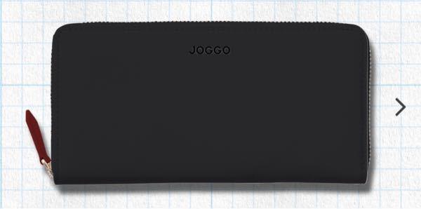 質問失礼します。 彼氏にJOGGOの財布をプレゼントしたいと思うのですが、ロゴの色を銀色か型押しで悩んでいます。 男性の方はどちらの方がいいのでしょうか? チャックの色は銀色なので個人的には銀色で合わせた方がいいのかなっと思っております。 写真は型押しを選んだ場合のイメージとなっております。