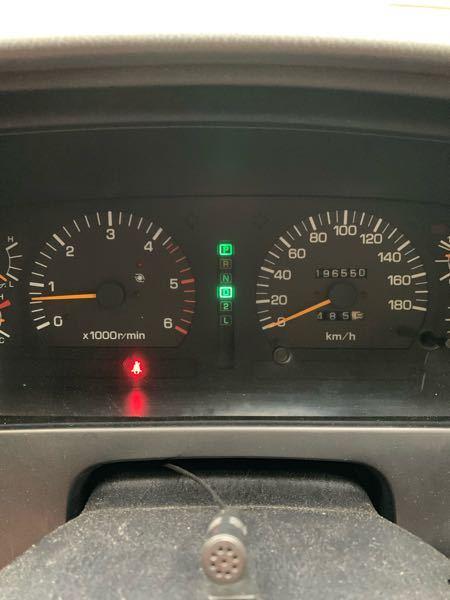 ランクル80ディーゼルターボの メーター内インジケーターについてです。 エンジン始動後、パーキングに入ってる状態で ドライブ「D」が点灯。 ドライブに入れると 今度はパーキング「P」が点灯します。 走り出してしばらくすると消えると言うか つかなくなります。 この点灯には何か意味があるのでしょうか?