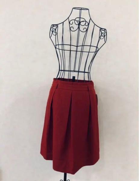 こちらのスカートは 秋冬に着ても違和感ないですか? 夏用と聞いたのですが、色味的に秋などにタイツと一緒に着用しようかなと思っています。 素材はポリエステル100%です。