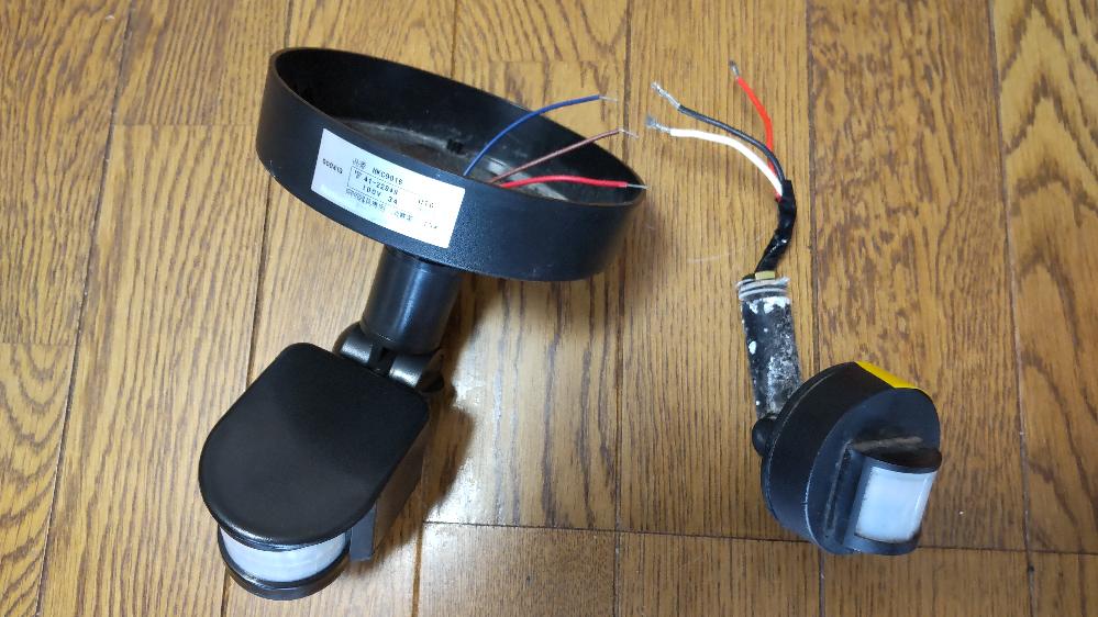 玄関のダウンライトのセンサーが 故障したので交換するため、 部品を買いました。 旧センサーの配線コードは 赤、黒、白ですが 新センサーの配線コードは 赤、青、茶となっており、 対応がわかりません。 説明には 赤→出力ライン 青→ゼロライン 茶→ファイヤーラインと なっております… よろしくお願いいたします。