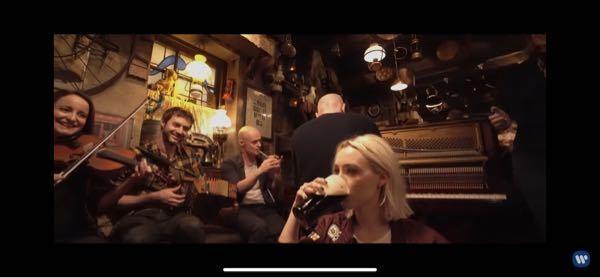 Ed Sheeran(エド・シーラン)さんの歌であるGalway girlの2分あたりから飲まれているお酒が何だかわかりませんか?