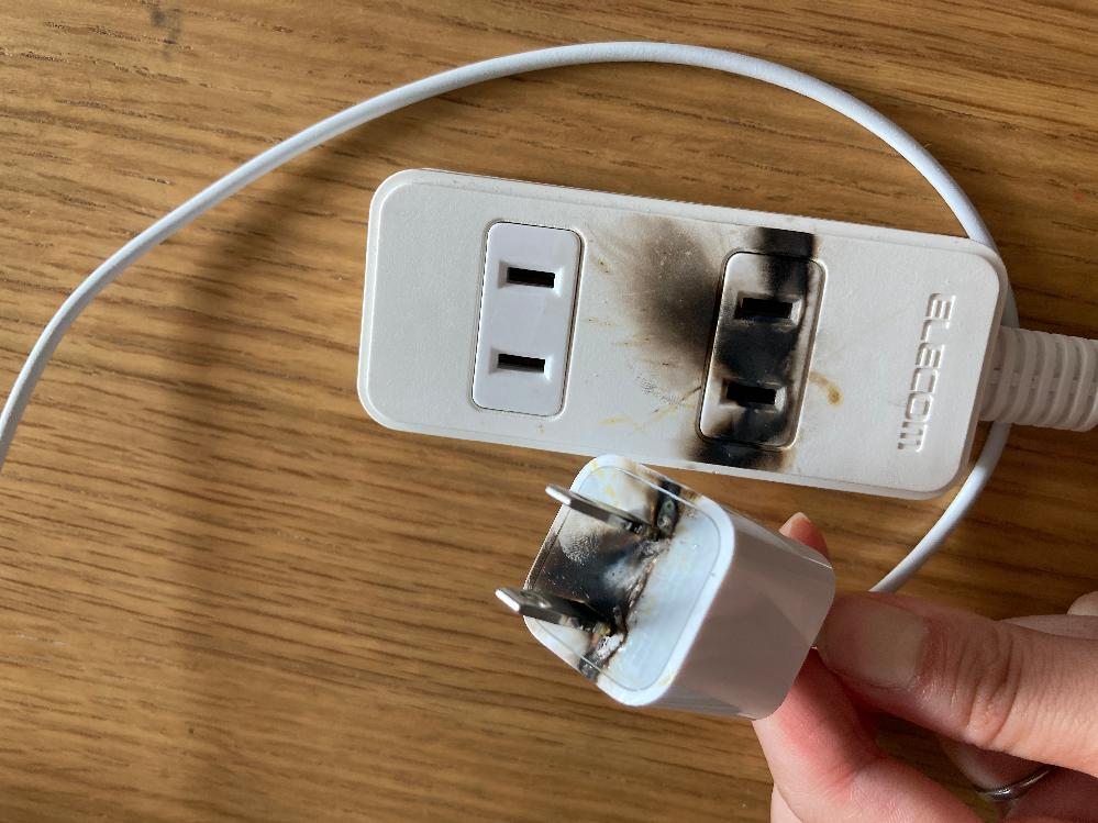 延長コードに挿していたiPhoneの純正充電器のコンセント部分が爆発しました。 わたしは充電器に問題があるのかと思いましたが 家の人には延長コードにホコリが入ってたのでは?と言われました。 これは何が問題でこうなったのでしょうか。