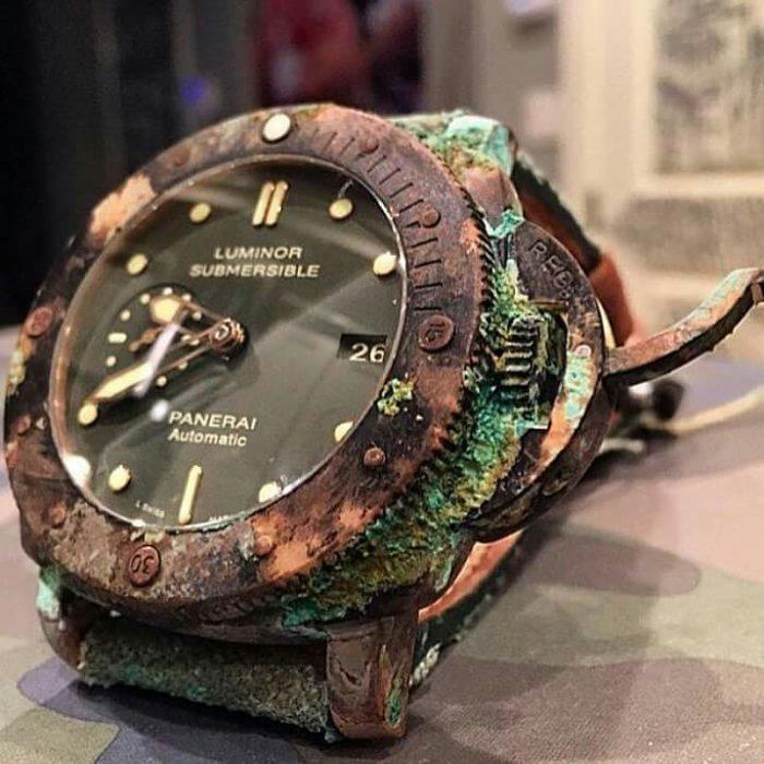 時計について質問させてください。 父の形見の時計が見つかったのですが、画像のような緑のものが全体にあります。カビなのかと思うのですが。色々探したのですが、きれいにする方法が見つかりませんでした。触るとポロポロ取れます。使えなくてもいいので修理なのは出すつもりがなく、なるべくきれいにして保存しておきたいと思ってます。綺麗にして、ケースなどに入れておこうと思ってます。 綺麗にする方法を教えて下さい。 ※画像はネットで借りたものです。わざとこのようにしたようです。