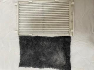 [至急] 先月より入居しているマンションのお風呂の換気扇を回すたび黒いほこり?カビ?が落ちてくるので掃除しようとしてカバーを開けたら、フィルター(不織布)が入っていました。 恐らくこれが原因かと思うのですが、捨てても問題ないでしょうか? 換気扇カバーの上に貼る、埃を防ぐフィルターをつけようと思っています。