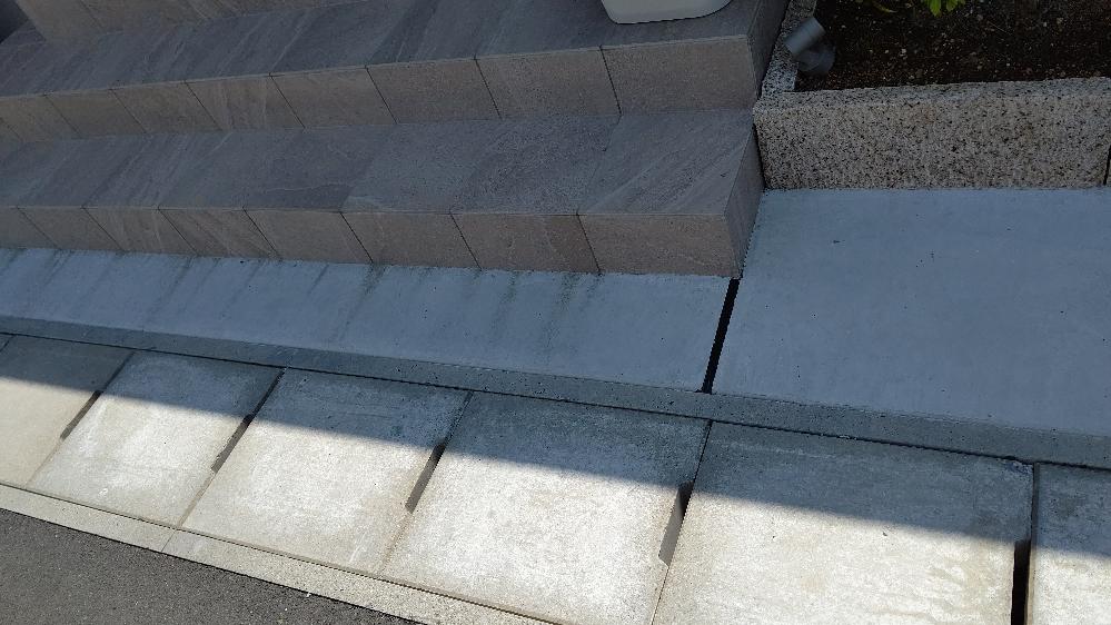 住宅を新築して5ヶ月ですが玄関タイルの下のコンクリートが汚れてきました。 外構業者はタイルメジからの汚れと回答。ハウスメーカーはメジからは汚れは絶対に出ることはなくエフロと回答ありました。どちらが正しいですか?