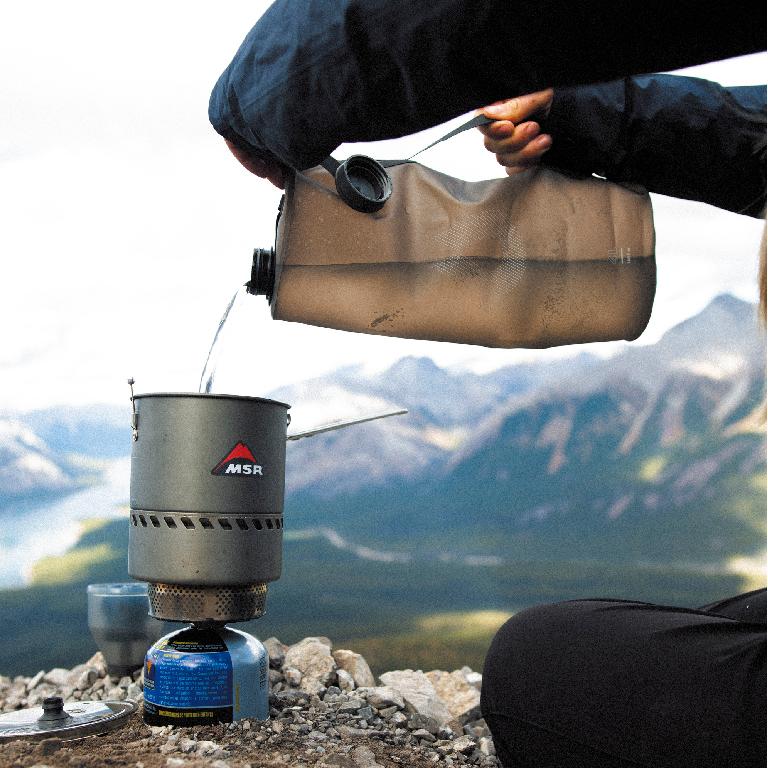 キャンプ用品(水を入れる容器)について質問です。 ひとりキャンプを始めようと思っています。 友人は水を持っていくにはこれがいいと勧めてくれたものがあるのですが、現在、売り切れのようで、すぐには入手できそうにありません。 友人のお勧め 「ウルトラライト ウォーターストレージ シーカー3l(ハイドラパック社)」 (下記の画像のモノです。) これに代わるような商品(同等品)について、ご存じの方がいらっしゃいましたら、教えて頂ければ助かります。 宜しくお願いします。