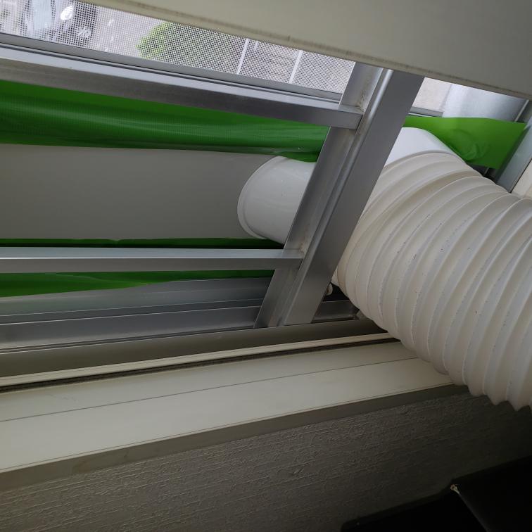 ポータブルクーラーを子供が住んでいる賃貸で設置したいと思っていたのですが片開き窓なのでつけられそうにないのです。何かいい方法はありますか? 換気口を外してダクトをさして使っている人とかいますか? 持ち家の引戸の窓には設置出来たのですが窓にしっかりと固定されなくて(パネルの長さも足りなくてプラダンで足しました)すきまテープと養生テープで固定しましたが何か格好悪くて他にいい方法はあるのでしょうか?