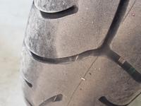タイヤを交換すべきでしょうか? バイクのフロントタイヤのスリップサインがうっすら見えてきています 溝の深さをデジタルノギスで測ったところ1.2ミリほどでした タイヤはブリヂストンのt30で走行距離は9000キロ、車種はcb1300です この状態であと何キロ程度もつでしょうか?