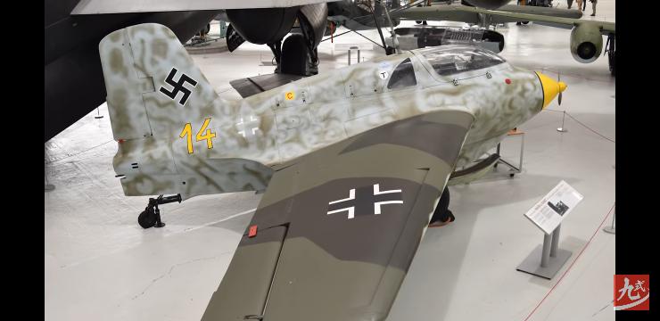 この主翼の2色をプラモデルで再現したいのですが、どこのメーカーのなんという色の塗料が近いですか?