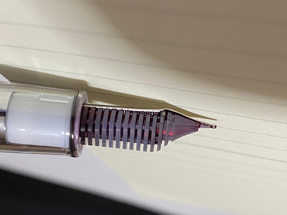 万年筆での質問です セラーのプロカラー500を初めて使ってみたところ、ペン先の金具とペン芯の樹脂?の間にインクが溜まっています 何度か拭いてみても中からにじみ出てくるのですが、これは万年筆の仕組みとしてこうなるのでしょうか?それとも故障なのでしょうか? 万年筆初心者の為どうにも分からず、教えていただければと思います。