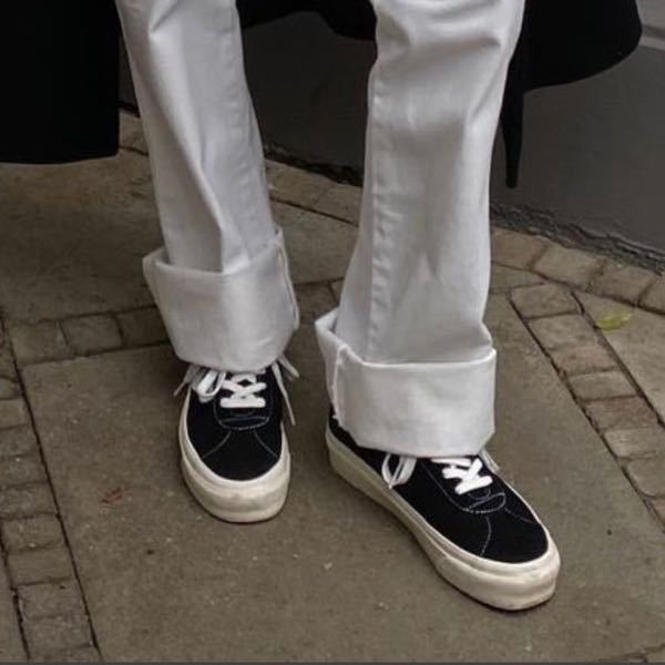 こちらのスニーカーはどこのブランドのものでしょうか? 商品名もわかればお願いします!