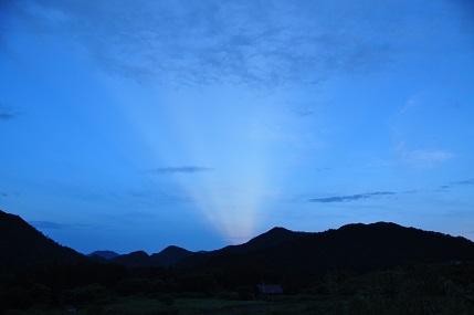 今朝5時ごろ、太陽が昇る反対の方角(西南)の稜線から日の出のような光がでていました。 登山をしていて太陽の反対側に霧があるとブロッケン現象ができることは、知っていて、経験済みですが、それに近い現象なのでしょうか。詳しい方がおられたら教えて下さい。