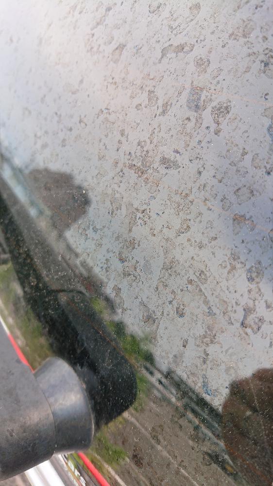 車の汚れについて質問です。 写真の汚れが落ちません。 ピッチタール用洗剤、油膜落とし用洗剤を試しました。 この汚れは何でしょうか? どのような洗剤が聞くのでしょうか?