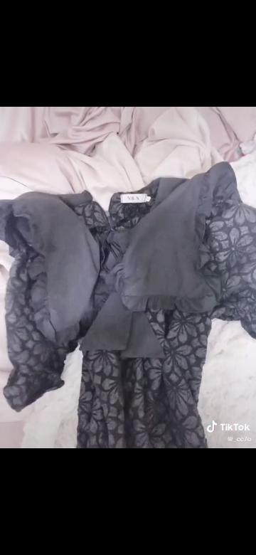 こちらの画像のお洋服を探しているのですが見当たらないのでどなたか分かる方商品の名前を教えていただきたいです ( ; ; ) お洋服はアリエクらしいのですが見つからなくて… ( ; ; ) ( ; ; )