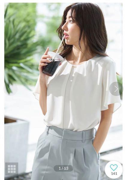 写真のような格好は「オフィスカジュアル」に入りますか? 対面型の「私服指定」のインターンシップに参加する際、このような格好をしていきたいと思っています(ボトムスは同じような素材の黒に差し替えます)。 また、体型の不安からトップスインしたくないのですが、このような服装でインしないのは良くないでしょうか……?