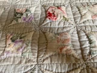 このパッチワークのパターン名?技法名? 教えてください まず丸を希望の大きさになるまで繋いで その中に四角い布とキルトわたを入れて 周りをたたんで縫いかがっていますので 細かいピースワークではあ...