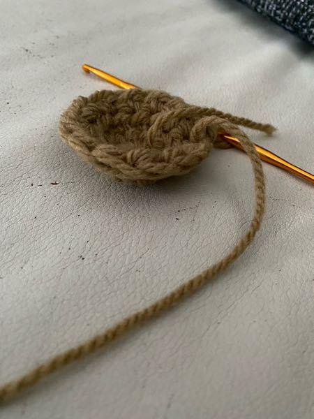 最近かぎ編みを始めました、 今バケットハットを作りたくて丸を作るのに必死に頑張ってるんですけど、必ずと言っていいほど写真のようになります、、、、。 何がいけないのでしょうか? 因みにYouTu...