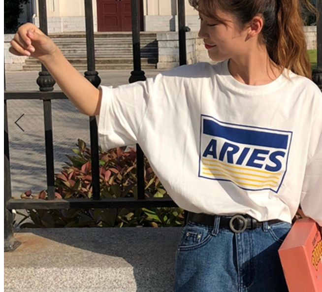 画像みたいな感じの少し袖が長い白Tシャツってどういうお店で売っているんですか?