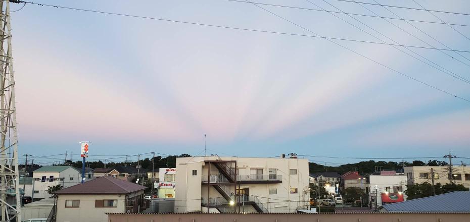 これは地震雲ですか? 茨城県沖で 小さい地震が多発しています。 小さくても1日に何度も来るので 不安です。 そんな中、このような雲が出ていた そうです(見せていただいた写真です)。 巨大地震...