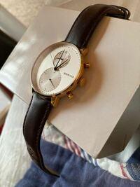 男子大学生です。男が金のケースの腕時計をつけていたらチャラいでしょうか?写真の腕時計です