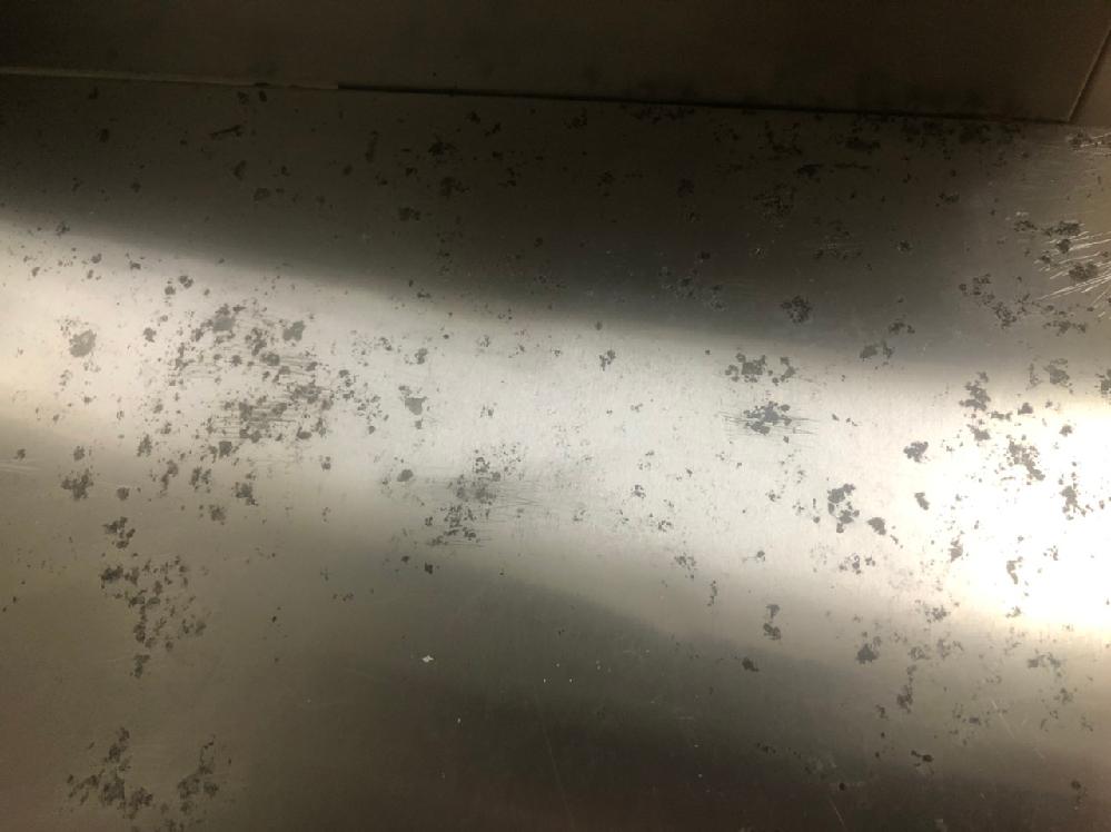 ガスコンロ台のコゲ付き 入居した物件のガスコンロ台がコゲだらけです。 管理会社からこれ以上は取れないと言われたんですが、 これはプロの清掃業者でも落とせないような焦げ付きですか? 今までこんな焦げを作ったことがないので感覚がわかりません。