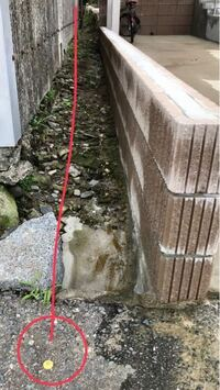 境界線の確認ですが、一番いいのは測量士に尋ねることですが、下の写真の境界でよろしいでしょうか? 南側道路から撮影してます。向かって右が我が家、となりが隣家の小屋です。真ん中がわかりにくいですが、勾配を つけた雨水水路です。昔からある雨水水路ですが、共同使用可能なのかわからずのお尋ねです。