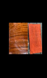 画像の木材の樹種を教えてください。  材木屋の倉庫に長年眠っていたものです。 木目は緻密で、重厚感があります。 辺材は白っぽく心材とは全く色味が違い、その境も明瞭です。 製材すると赤色のオガクズが出てきました。 切断面は右側の画像です。道管は比較的大きいです。 材の端の方は割れが多く、割れやすい樹種なのかなと感じます。 ざっとこのような特徴のある材です。  皆様のお知恵をお...