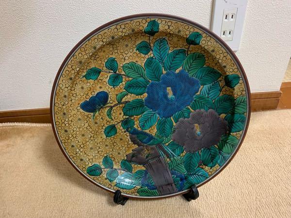 こちら九谷焼の絵皿かと 思うのですが、 どなたか商品の詳細が わかりる方、いられましたら よろしくお願いします。m(_ _)m チップあげます 裏の底には、「福」のような 漢字が書かれています 写真追記できます