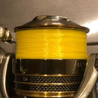スプールってこれくらい巻けばいいですか? まだ、スプールエッジにかかっていませんし、真ん中が凹んでいるので、その部分をまたラインで埋められそうです。 見えている黄色い糸は下巻き用のナイロン3号です。その下にPE1号が埋まっています。